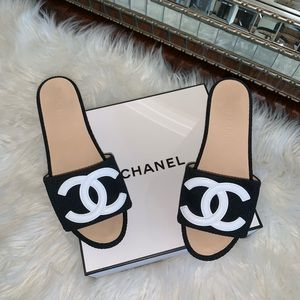 CHANEL CC logo sandals